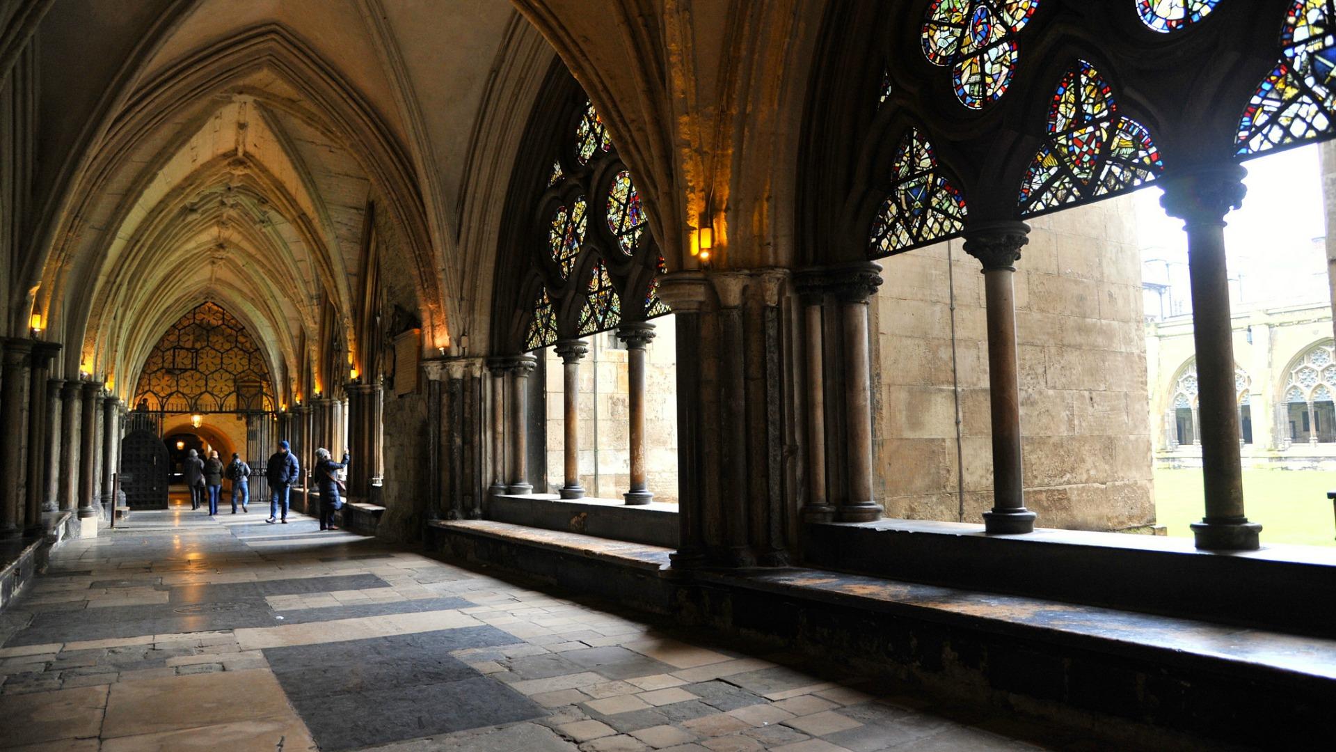 Обои витражное стекло, плащь, Витраж, церковь, мужчина. Разное foto 16