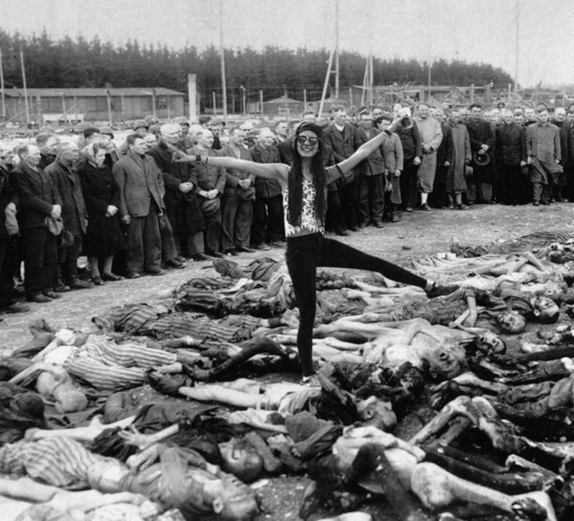 Художник показал туристам, как глупы и аморальны их селфи возле мемориала Холокоста