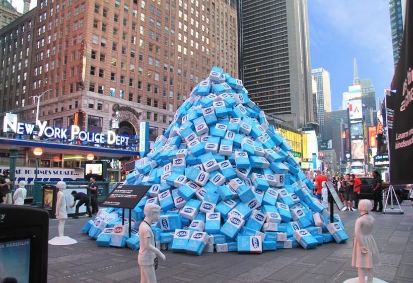 Уличная инсталляция из пакетов сахара