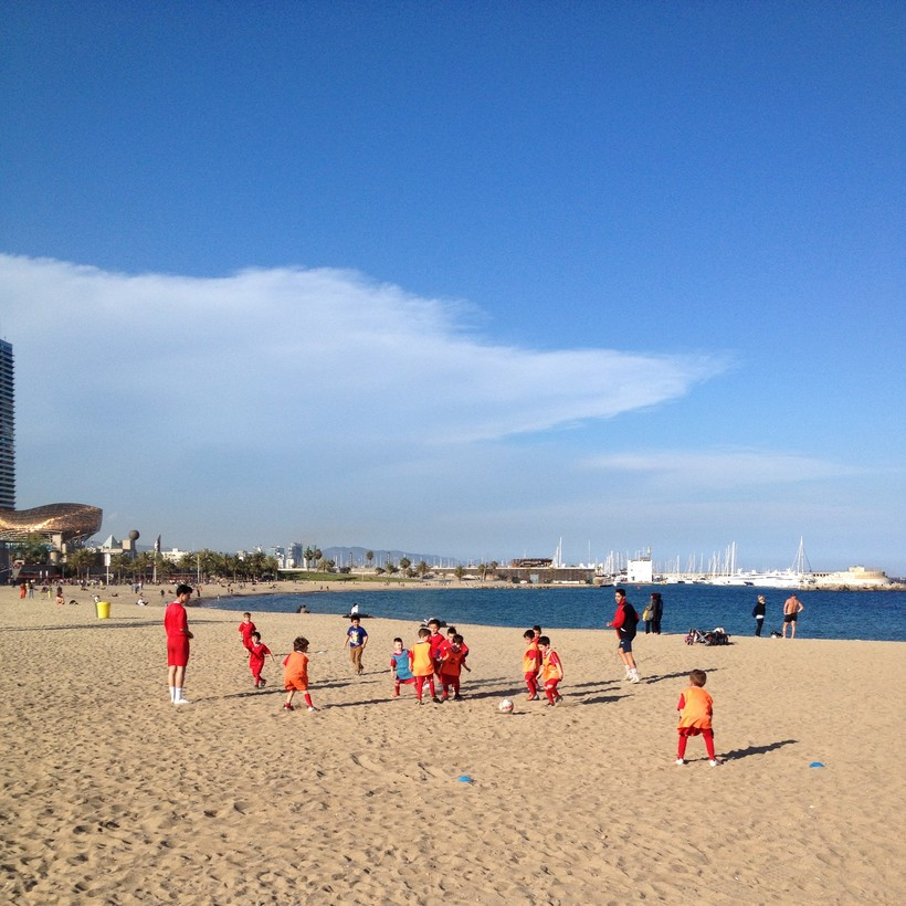 Юные футболисты на пляже, Барселона
