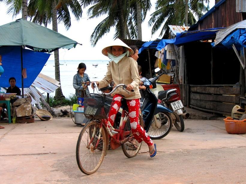 В море лодочки, на суше - велосипед