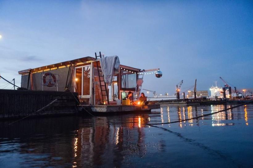 Фотографы превратили лодки в плавучие студии искусства и путешествуют по Европе