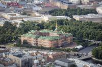Вид на замок с высоты. Сразу видно, как по-разному выглядят фасады: левый напоминает дворец, правый дворянскую усадьбу