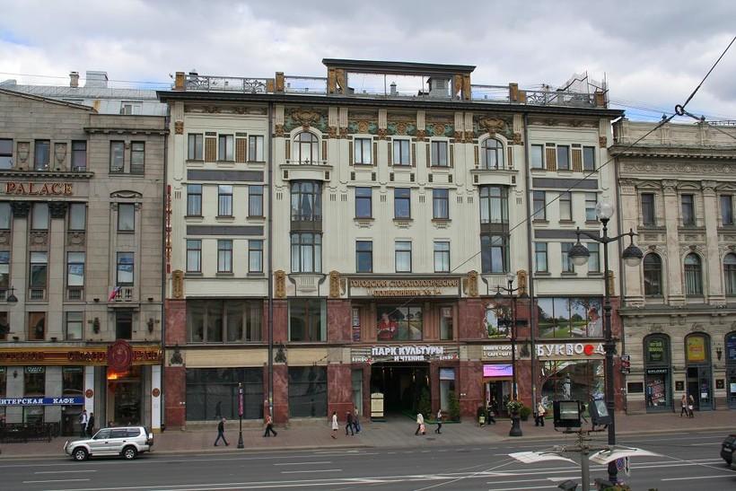 На проспекте много красивых и необычных зданий