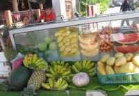 Тайские продавцы могут бесплатно порезать любой фрукт