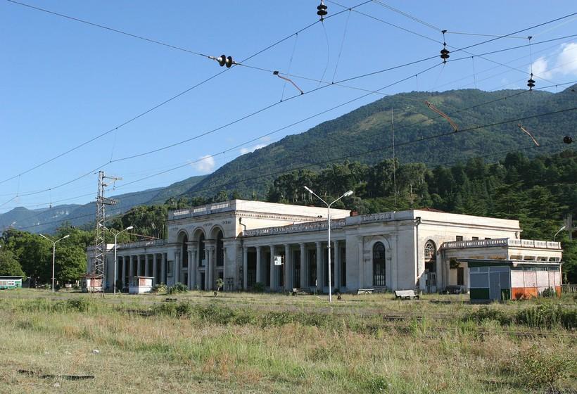 Здание ЖД вокзала в Гагре