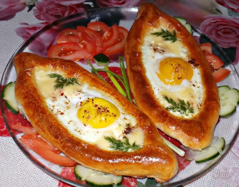 Подача хачапури по-аджарски в кафе в Абхазии