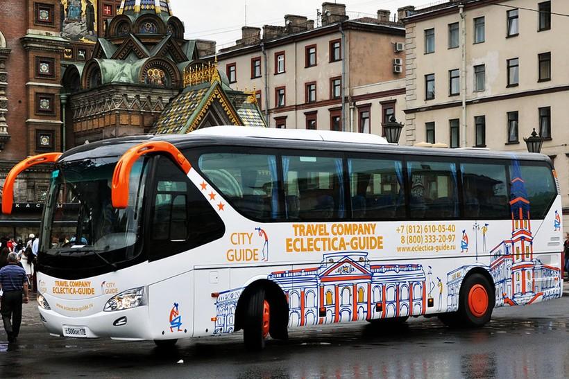 Один из многочисленных экскурсионных автобусов в Москве