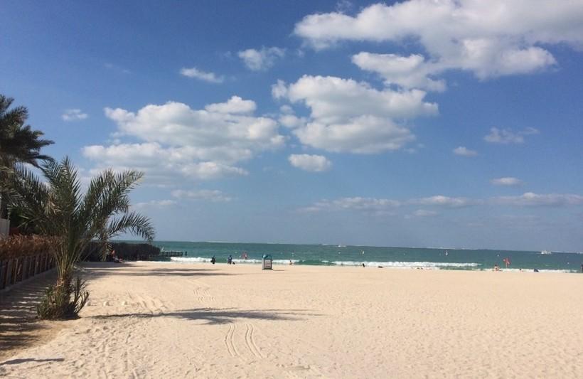 Типичный эмиратский пляж в середине лета