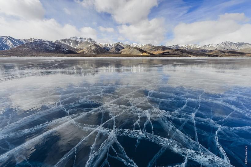 Фотограф показала снимки удивительного фестиваля льда на замерзшем монгольском озере