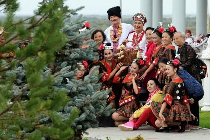 Участники фестиваля с туристами из Китая.