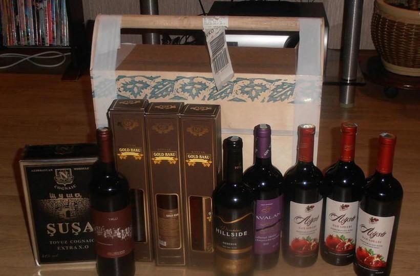 Гранатовое вино «Айса» (справа).