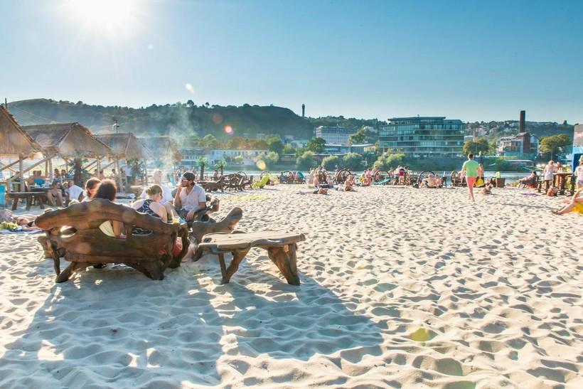На пляже Žluté lázně в июле
