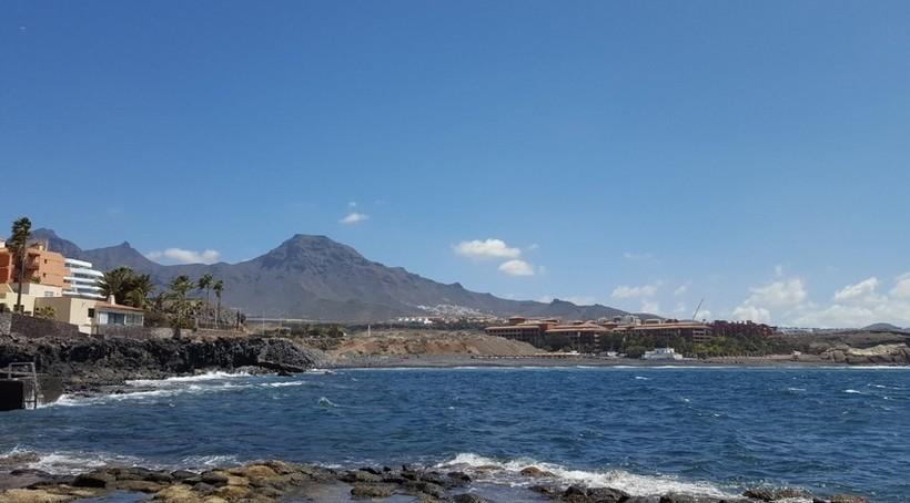 Апрельские пляжи Тенерифе тоже пусты.