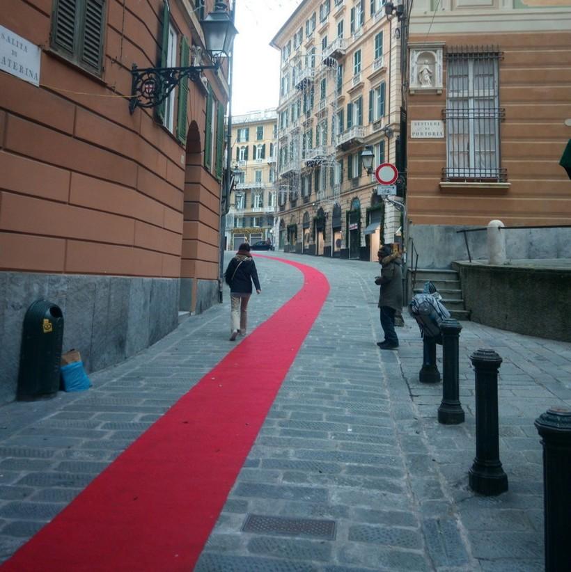Узкие улочки Генуи в январе.