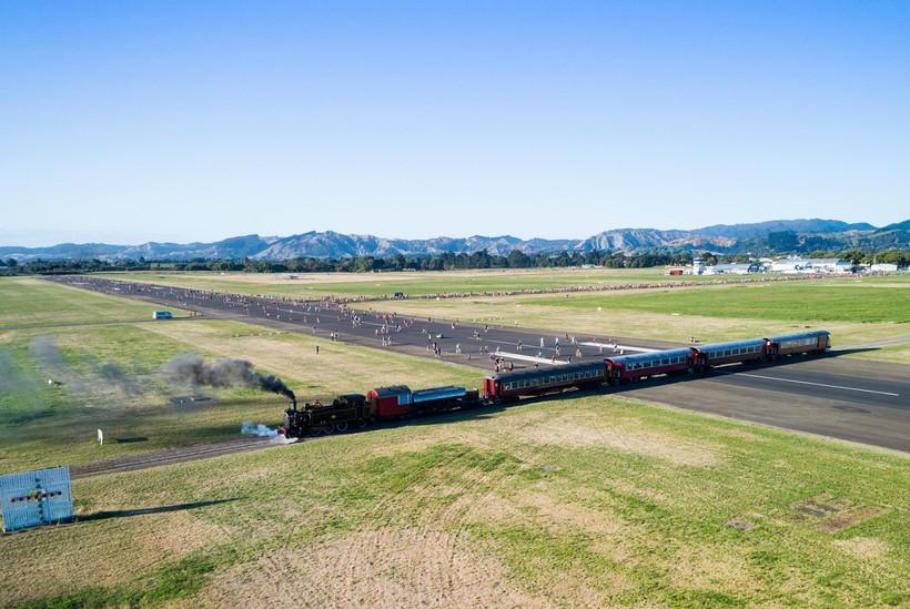 Необычный аэропорт в Новой Зеландии, по взлетной полосе которого курсируют поезда