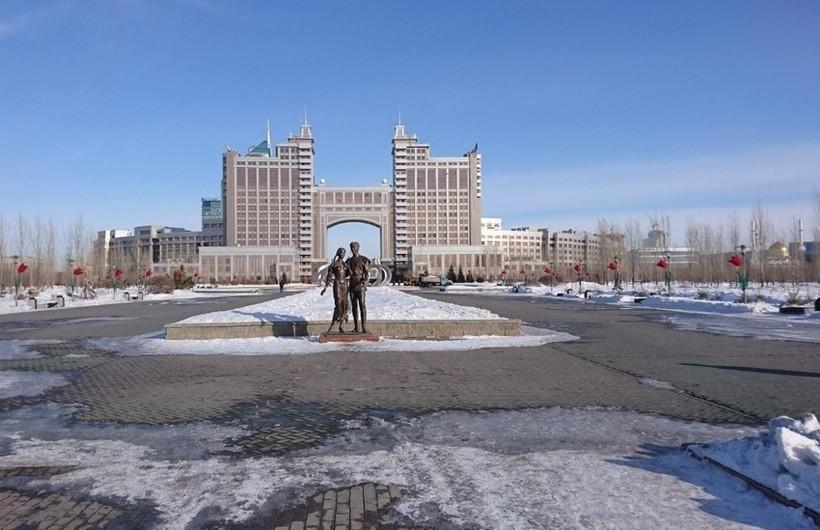 Центральная скульптура «Парка влюбленных», ноябрьская Астана.