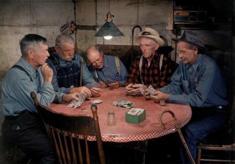 Искатели золота коротают перерыв в работе за игрой в карты.