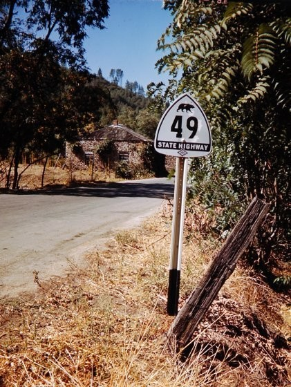 Знак над дорогой в Калифорнии.