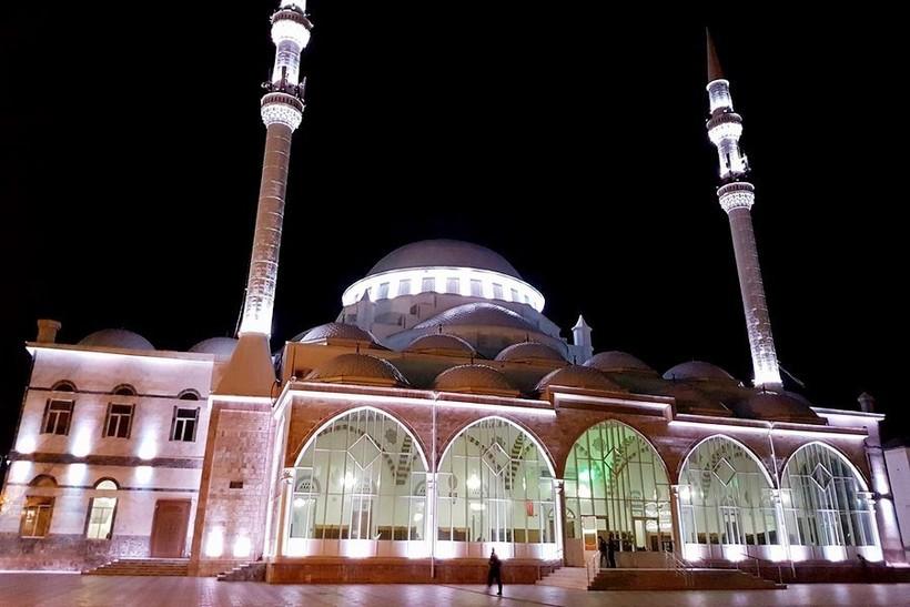 Махачкала: мечеть после заката по-особенному красива!
