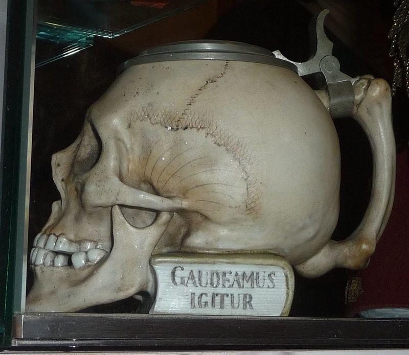 Почему пивные кружки в форме черепа считались лучшим подарком на выпускной