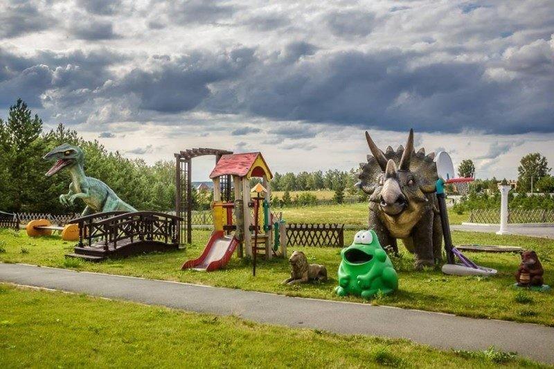 Странный крематорий Новосибирска: динозавры, детские площадки и зоопарк