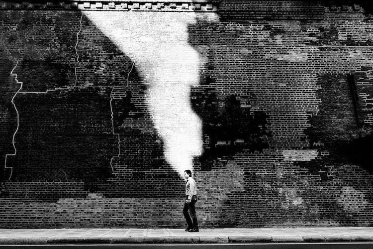 Одиночество городской жизни в драматических черно-белых снимках Алана Шаллера