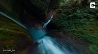 Видео: Захватывающий 200-метровый водопад в Индонезии