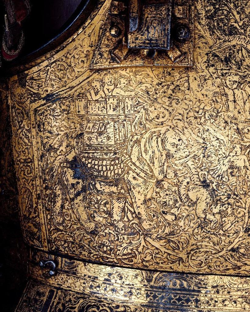 Деталь доспехов Генриха VIII с выгравированным слоном