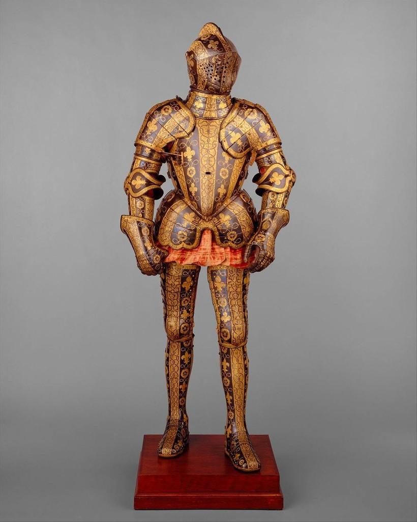 Доспехи Джорджа Клиффорда — фаворита Елизаветы I, 1585 г. Мастер — Джейкоб Халдер. Доспехи весили 27 килограммов и включали в себя несколько съемных частей, в том числе наголовник для защиты головы коня