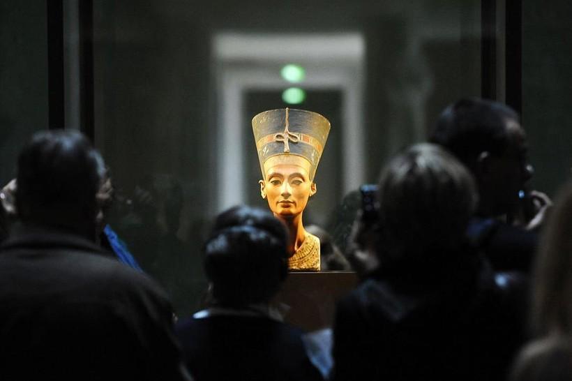 Потерянный глаз, бесконечные титулы и другие необычные факты о Нефертити