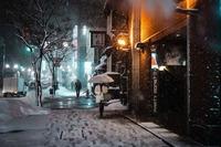 Фотограф гуляет по заснеженным улицам Японии, снимая сказочные сцены