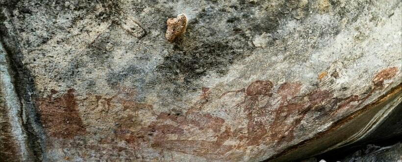 Петроглифы не очень хорошо сохранились, но все же очертания голов видны