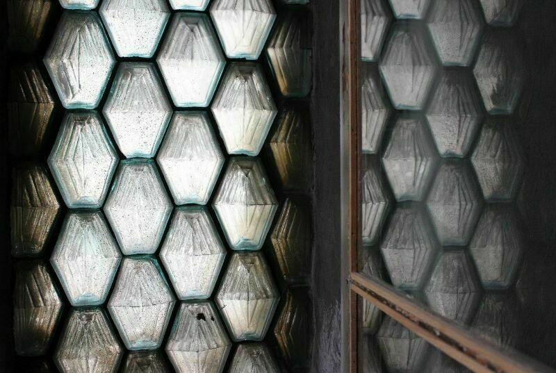 Стеклянные кирпичи и батарея на потолке: причудливые лайфхаки для ремонта из прошлого