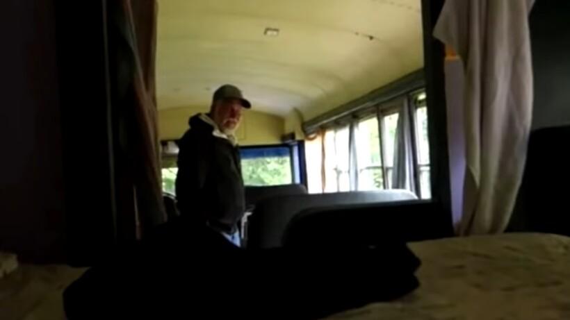 Семья нашла в лесу заброшенный дом на колесах, но внутри он выглядел изумительно