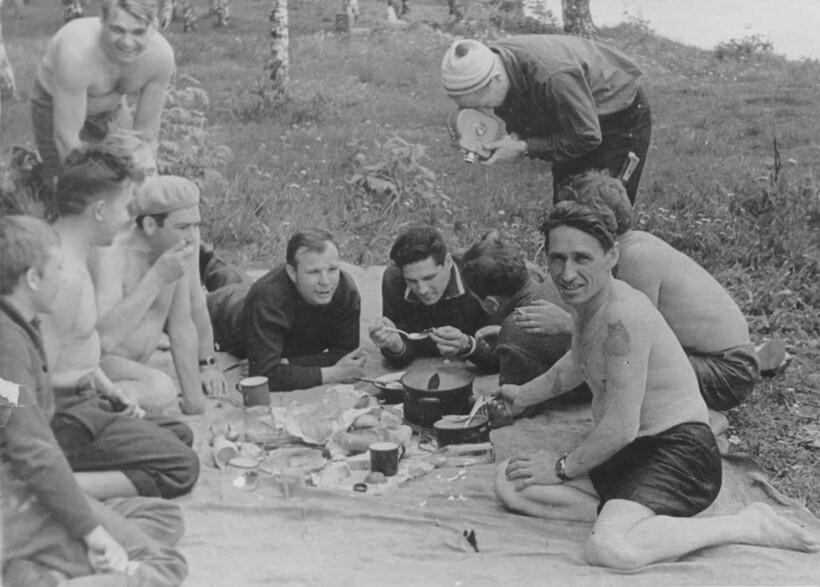 На фото Юрий Гагарин со своими друзьями-космонавтами во время пикника на природе
