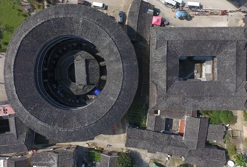 Поразительные круглые многоквартирные дома из земли в Китае, которые стоят столетиями