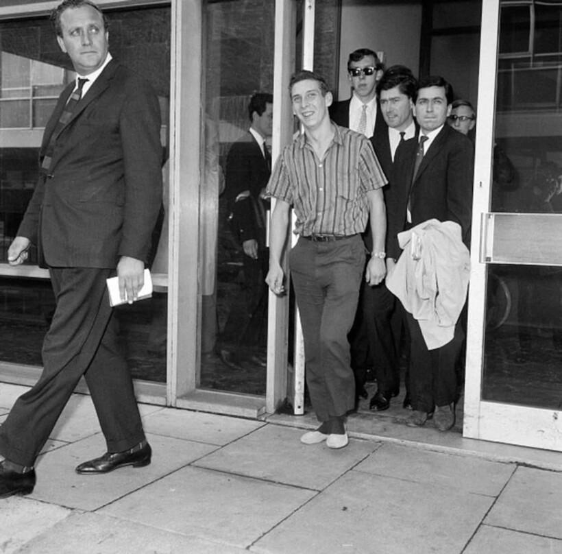 Британец выходит из больницы Лос-Анджелеса
