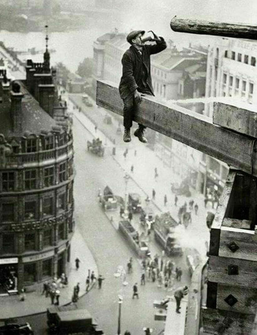 18 старинных фото экстремалов, которым не знаком страх высоты