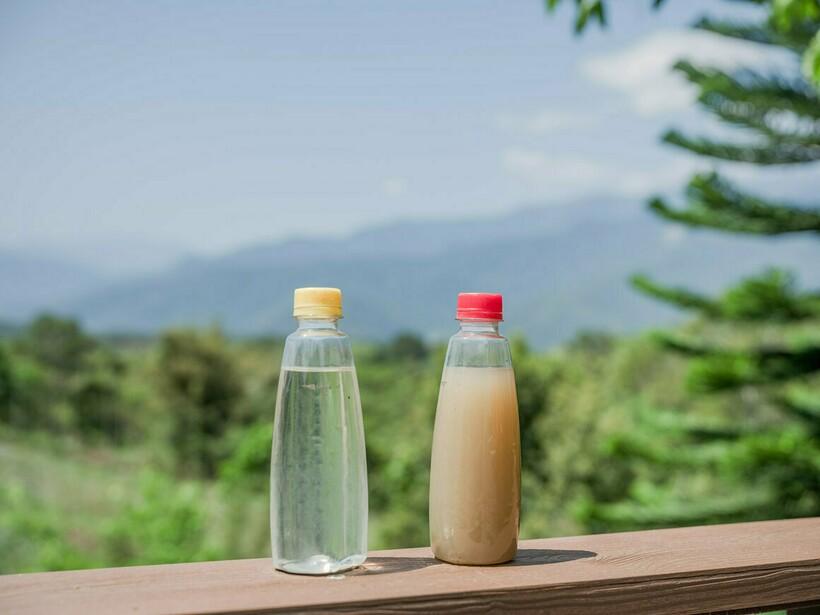 В одной бутылке только что собранная вода, а в другой ― вода через неделю