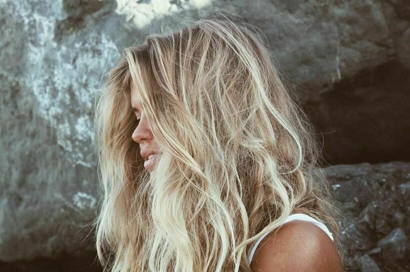 Волосы могут выгорать на солнце, но это изменит лишь их оттенок