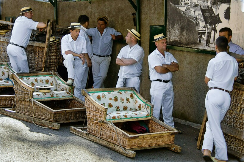Как и на Мадейре, туристы едут на санях по крутой улице, разгоняясь до 50 км / ч.