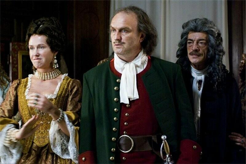 Женщины были теперь обязаны носить европейское платье и корсеты. Кадр из сериала «Петр Первый. Завещание»