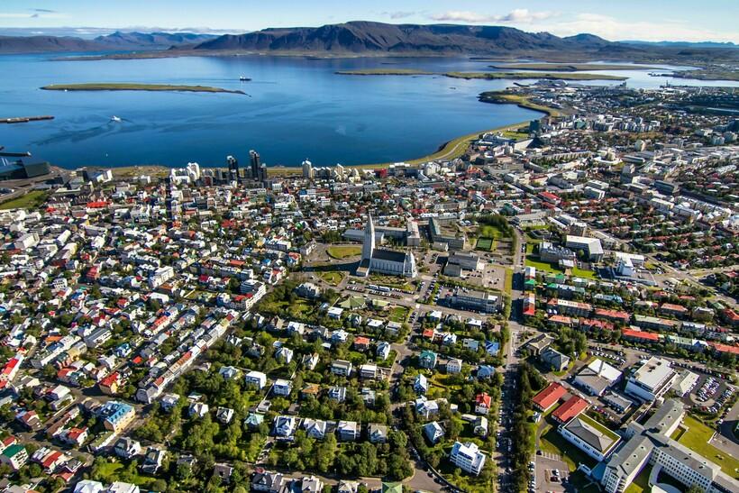 Исландская столица Рейкьявик, в которой проживает почти 65% населения страны