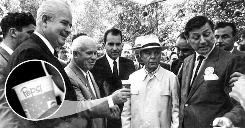 Президент Никсон угощает Никиту Хрущева Pepsi, 1959 год. Фото:sokolniki.com
