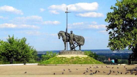 Памятник Первопоселенецу