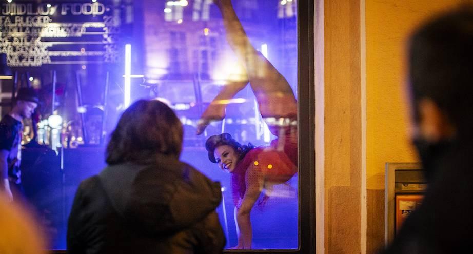 Фото дня: артисты цирка выступают в витринах закрытых пабов и магазинов в Праге