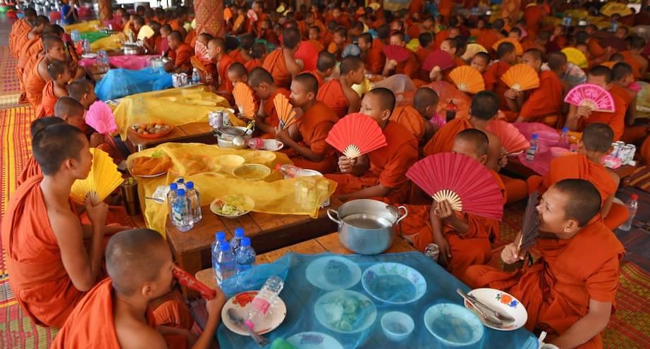 Фото дня: буддийские монахи за обеденной молитвой