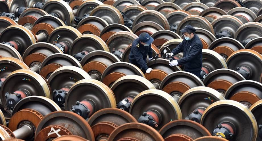 Фото дня: рабочие на заводе проверяют колеса поездов