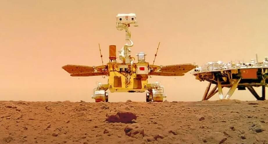 Фото дня: китайский марсоход на Красной планете